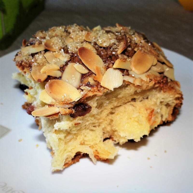 Panettone with crunchy baked almonds and raisins